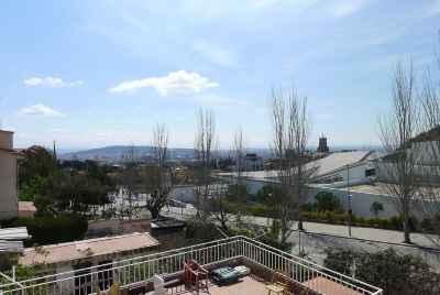 Частный дом в Барселоне в престижной жилой зоне Альта города с террасой и красивыми видами